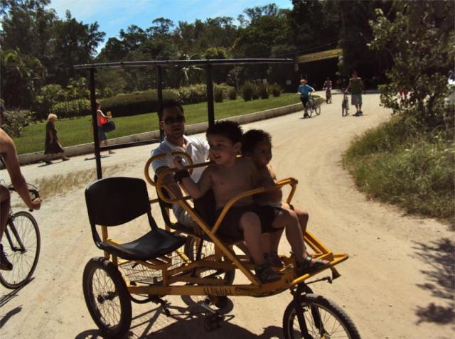 olha as crianças e o pai no Parque Ecológico Tiête!