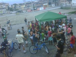2012 - oficina de bikes e bike anjo no morro do alemão -Rio de Janeiro (foto: bike anjo)