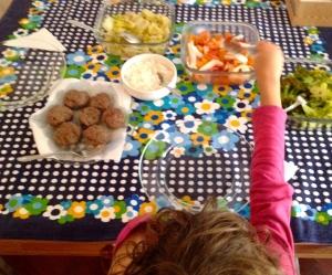 Quando a criança se serve, aprende a escolher a quantidade e por curiosidade, experimenta novos alimentos.