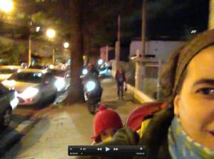 moto transitando na calçada