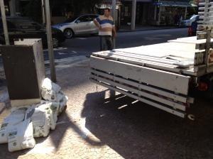 caminhão e saco de cimento na calçada