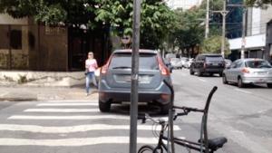 carro manobrando sobre a faixa de pedestre
