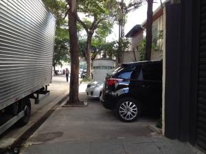 carros estacionados na calçada