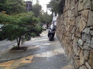moto estacionada na calçada