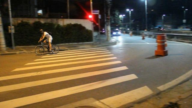 Ciclista fazendo a curva que a Van não fez...