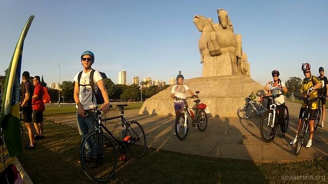 Matheus, Regiane, Beta e Fernanda se preparam para a pedalada.