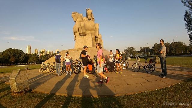 Tetê (Teresa D'Aprile ao centro) do grupo de pedal Saia na Noite