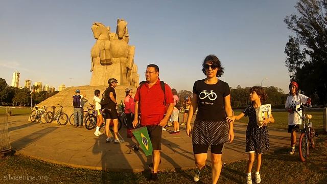 Gilberto, Silvia, Nina e Pimentinha se organizam para iniciar o passeio.