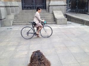 a ciclista se concentra...