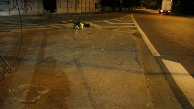 Ciclista foi atropelado neste local, aonde está minha bike. Vejam as freadas da van