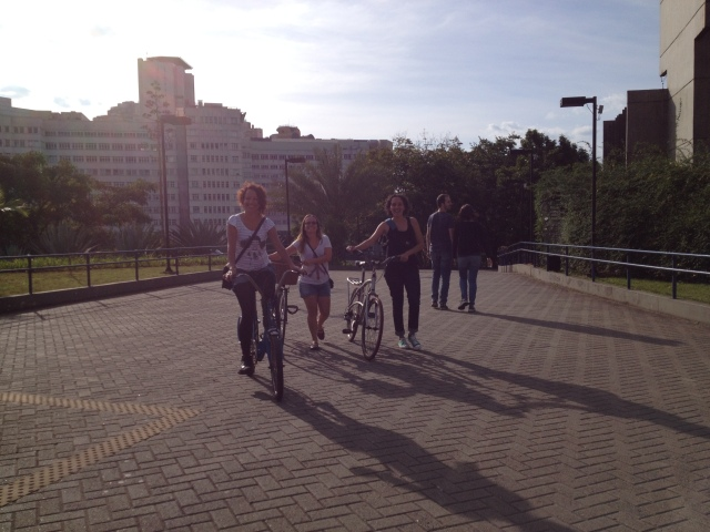 ciclistas chegam sorrindo :-) no CCSP