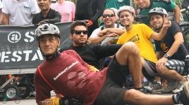 ciclistas fazem pose para foto com moradores