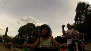 lá no Ibirapuera pai aponta a bike da Nina e se encanta