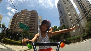 Nina faz sinal para carro diminuir a velocidade