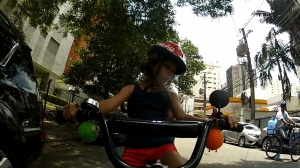 contato com o moço que entrega água. Adorou a bike da Nina :-D