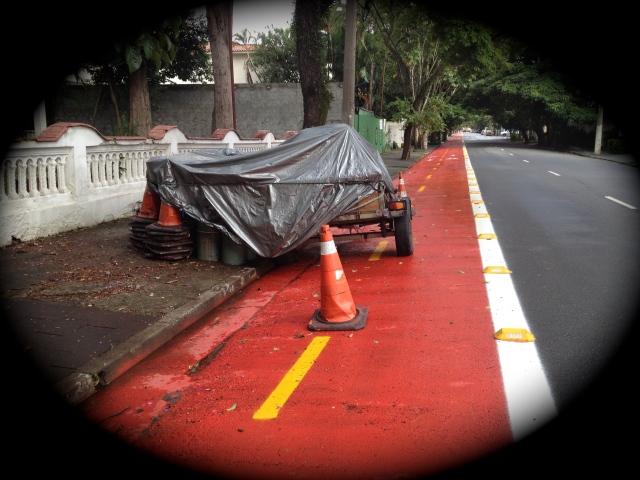 foto 3: O guarda da guarita me contou que é o reboque da pintura da ciclovia (ver tintas lado esquerdo)