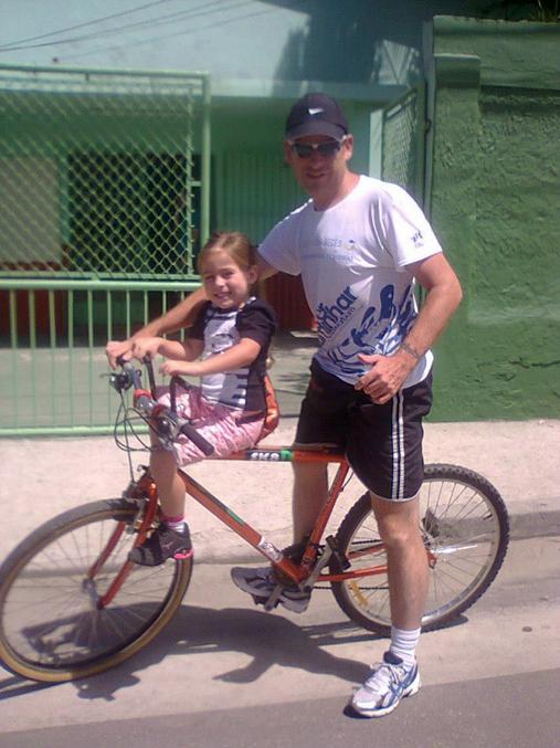 Israeldecamargo Tintones e sua filha de bike! (foto enviada para Silvia Ballan em  28/nov/2012)
