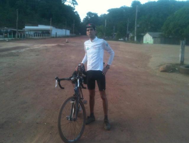 """Felipe Elias e sua Bike! """"Em Cassipore, no final do primeiro dia de minha viagem do Oiapoque ao Chui, a distantes duas semanas atras!"""" (foto enviada para Silvia Ballan em 26/nov/2012)"""