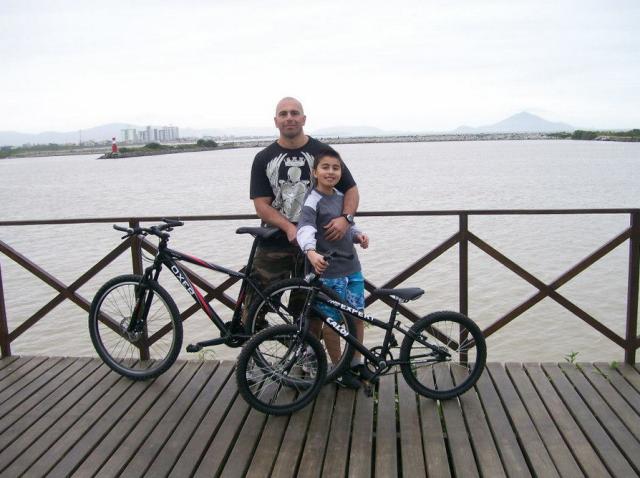Jean Assef que pedala diariamente com seu filho Bruno Assef. (foto enviada para Silvia Ballan em 07/nov/2012)