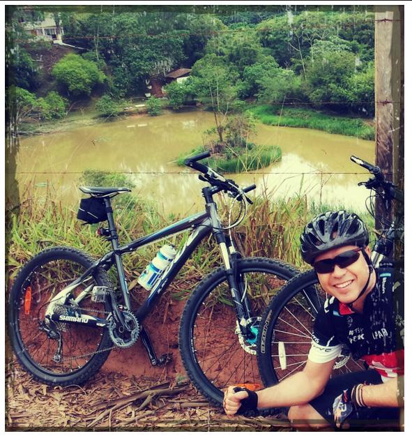 Olha o Guilherme de Mogi das Cruzes. Ele Pedala tres a quatro vezes por semana de mountainbike. Parabéns Guilherme!!!! (local: Guararema - foto enviada para Silvia ballan em 08/nov/2012)