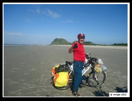 Olha o Antigão (Waldson Gutierres dos Santos) pedalando pela areia dura da Ilha do Mel. Ao fundo a Praia do Farol. (foto enviada para Silvia ballan em dez/2012)