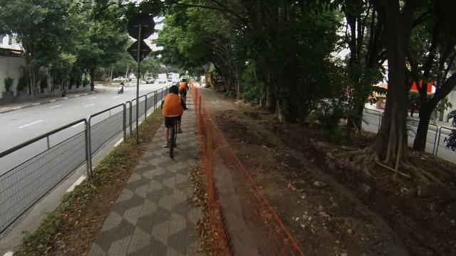 alunos de escola aprendem a pedalar pelas ciclovias e utilizam a calçada em baixa velocidade enquanto obras acontecem - foto silvia ballan 07/abril/2015