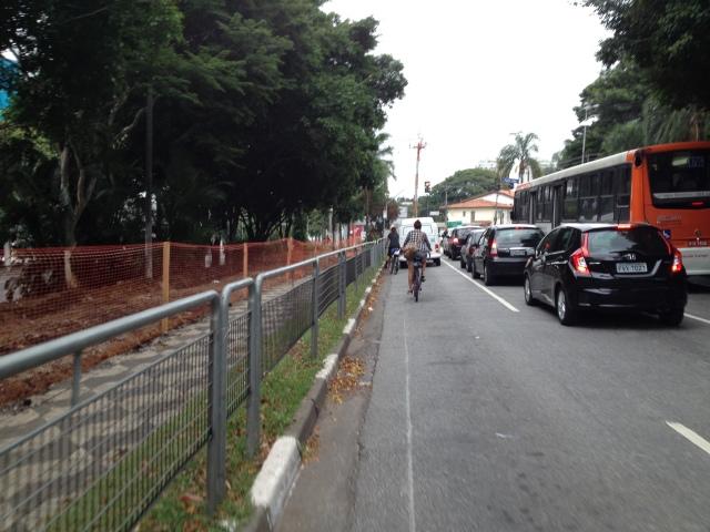 Ciclistas utilizando a rua - foto silvia ballan (07/abril/2015)