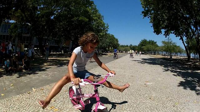 Nina pedalando na EBA (escola Bike Anjo) no Rio de Janeiro. Foto: Silvia Ballan