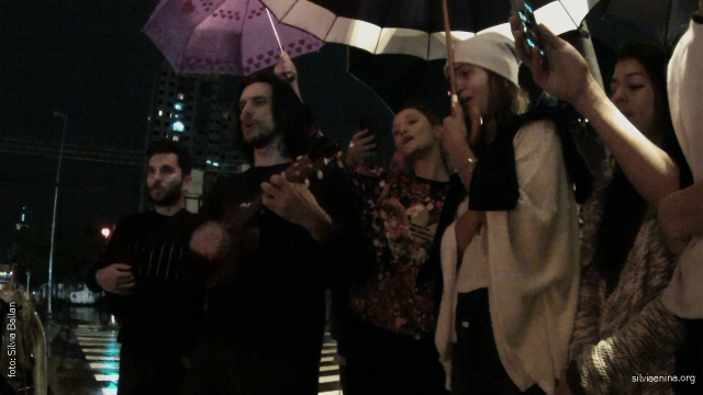 amigos cantam para Mariana