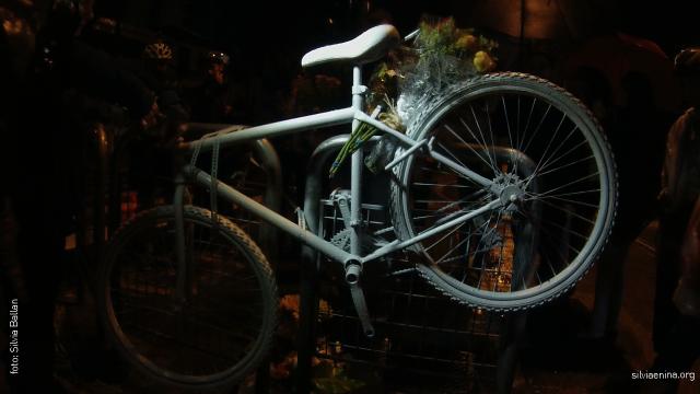 Ghost Bike e flores