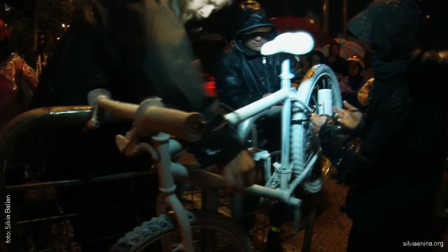 Daniel Guth (Ciclcocidade) Odir Zuge (As Bicicletas) e Carla Moraes prendem Ghost Bike no local