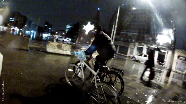 Branco leva a Bike até o local