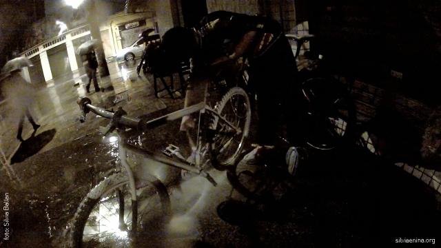 Branco e Silvia adiantam pintura de Ghost Bike por causa da chuva forte